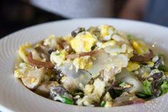 Fried Noodles con il pollo, il calamaro e l'uovo arrostiti Fotografie Stock Libere da Diritti
