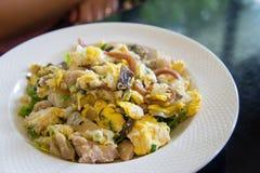 Fried Noodles con il pollo, il calamaro e l'uovo arrostiti Immagini Stock Libere da Diritti