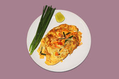 Fried Noodles thaïlandais dans l'enveloppe d'oeufs Images stock