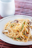Fried noodles with vegetables and shiitake Royalty Free Stock Photos