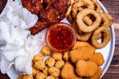 Fried Onion Rings, boules de fromage, pommes chips, frites de lard et sauce profonds casse-croûte frits de bière : pépites, boule photos stock