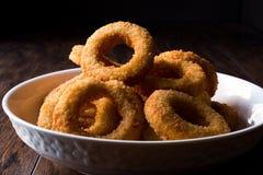 Fried Onion Rings croccante casalingo su superficie di legno scura immagini stock