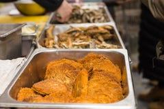 Fried Patties de oro en bandeja en la tabla de comida fría Imagen de archivo