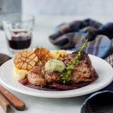 Fried Pork com Herb Butter e as batatas trituradas fotografia de stock