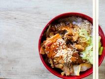 Fried Pork med söt sås överst av risbunken - japansk stil Fotografering för Bildbyråer