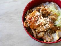 Fried Pork med söt sås överst av risbunken - japansk stil Royaltyfri Foto