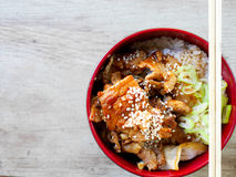 Fried Pork met zoete saus bovenop rijstkom - Japanse stijl Stock Afbeelding