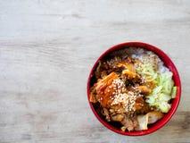 Fried Pork met zoete saus bovenop rijstkom - Japanse stijl Stock Fotografie