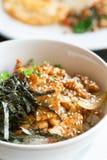 Fried Pork And Rice With-Meerespflanze auf die Oberseite Lizenzfreie Stockfotos