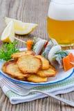 Fried Potato Chips avec des tranches d'harengs images libres de droits