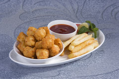 Fried Potato Nuggets med pommes frites fotografering för bildbyråer