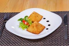 Fried Potato Samosa in de vorm van piramides met kruiden Royalty-vrije Stock Foto's