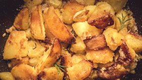 Fried Potato Wedges avec l'ail et la Rosemary images stock