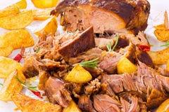 Fried Potato-wiggen en Groot Stuk van Getrokken Varkensvlees royalty-vrije stock afbeelding