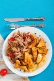 Fried Potato-wiggen en Groot Stuk van Getrokken Varkensvlees stock fotografie