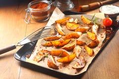 Fried Potatoes condito sul vassoio nero con carta immagine stock libera da diritti