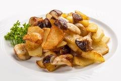 Fried Potatoes met Paddestoelen op een Witte Plaat Russische traditionele schotel stock afbeelding