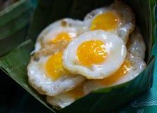 Fried Quail Eggs fresco en plátano deja el cuenco Foto de archivo