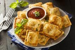 Fried Ravioli hecho en casa con la salsa de Marinara fotografía de archivo