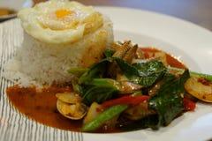 Fried Rice avec des moules de piments avec l'oeuf au plat Photo libre de droits