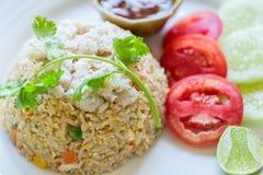 Fried Rice Crab förläggas på en platta Berömd thai matmeny Royaltyfri Fotografi