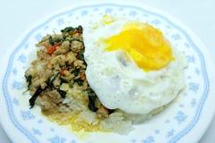 Fried Rice med basilika och det stekte ägget Royaltyfria Bilder