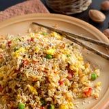 Fried Rice med grönsaker och stekte ägg Arkivfoto