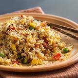 Fried Rice med grönsaker och stekte ägg Fotografering för Bildbyråer