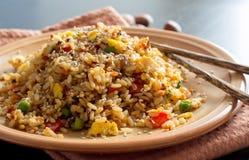 Fried Rice med grönsaker och stekte ägg Arkivfoton