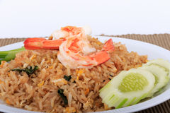 Fried Rice med räka och grönsaker på vit platta- och bruntbakgrund Royaltyfri Foto