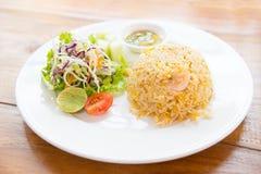 Fried Rice med räka och sallad Arkivfoto