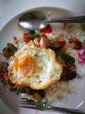 Fried Rice met Basilicum braadde knapperig Varkensvleesbovenste laagje met de straatvoedsel van Eithailand royalty-vrije stock foto