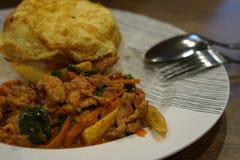 Fried Rice met de Kerrie van het Spaanse pepersvarkensvlees met Omelet Stock Fotografie