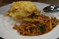 Fried Rice met de Kerrie van het Spaanse pepersvarkensvlees met Omelet Stock Afbeelding