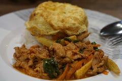 Fried Rice met de Kerrie van het Spaanse pepersvarkensvlees met Omelet Royalty-vrije Stock Foto