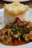 Fried Rice met Varkensvleesbasilicum met Gebraden ei Stock Afbeeldingen