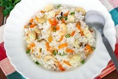 Fried Rice op een witte plaat Stock Afbeeldingen