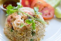 Fried Rice Shrimp förläggas på en platta som är aptitretande Fotografering för Bildbyråer