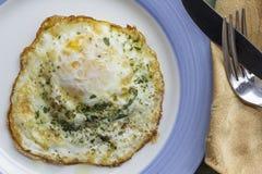 Fried Runny Egg Over Easy stock afbeeldingen