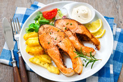 Fried Salmon och grönsaker Fotografering för Bildbyråer