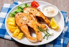 Fried Salmon y verduras Imágenes de archivo libres de regalías