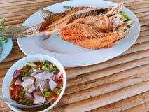 Fried Sea Bass profundo serviu com salada verde picante da manga Fotos de Stock Royalty Free