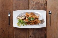 Fried Seabass con ajo, en la tabla Fotografía de archivo libre de regalías
