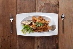 Fried Seabass con ajo, en la tabla Imagen de archivo libre de regalías