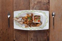 Fried Seabass con ajo, en la tabla Foto de archivo