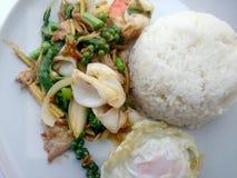 Fried Seafood avec les herbes épicées Nourriture épicée thaïlandaise d'herbe Image stock