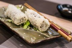 Fried Shan Yao rollt mit Salat als Zurichten und Paar Essstäbchen Stockbild