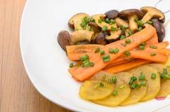 Fried Shiitake-Pilz, -karotte und -kartoffel mit Butter sauce Lizenzfreies Stockbild