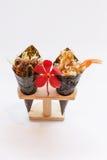 Fried Shirauo et Tempura la Californie ou petit pain de main de sushi de Temaki sur le support en bois avec l'orchidée rouge image libre de droits