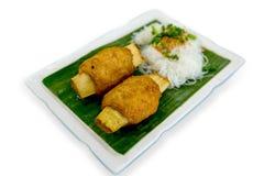 Fried Shrimp com Sugar Cane, foco seletivo, fundo branco foto de stock